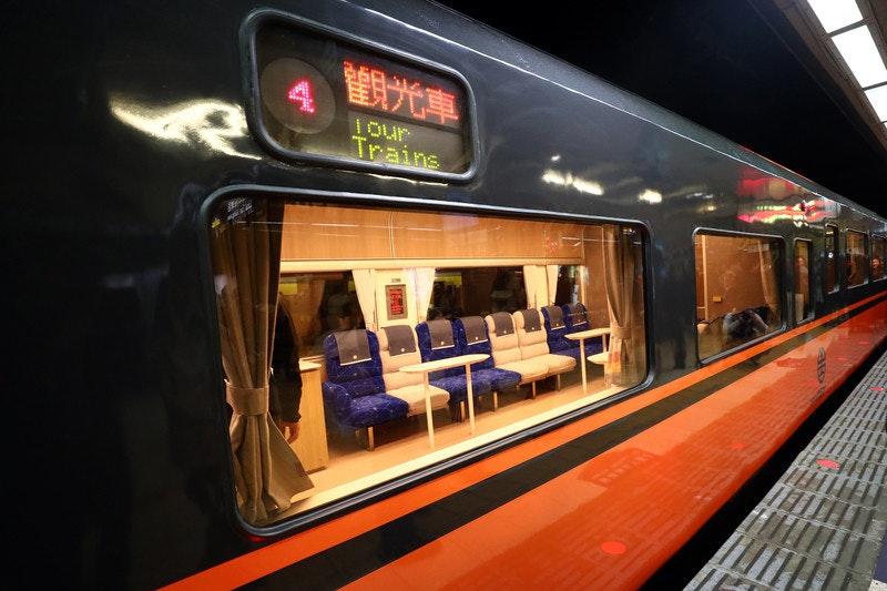 照片中提到了Iour、Trains、ागत,包含了培養、鐵路交通、快速運輸、汽車、培養