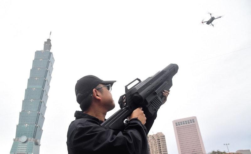 照片中包含了火器、台北除夕倒數派對、台北、台灣跨年晚會、射擊範圍
