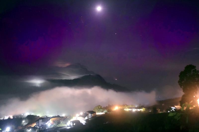 照片中包含了天空、七彩琉璃生態農園、阿里山國家風景區、阿里山國家、光