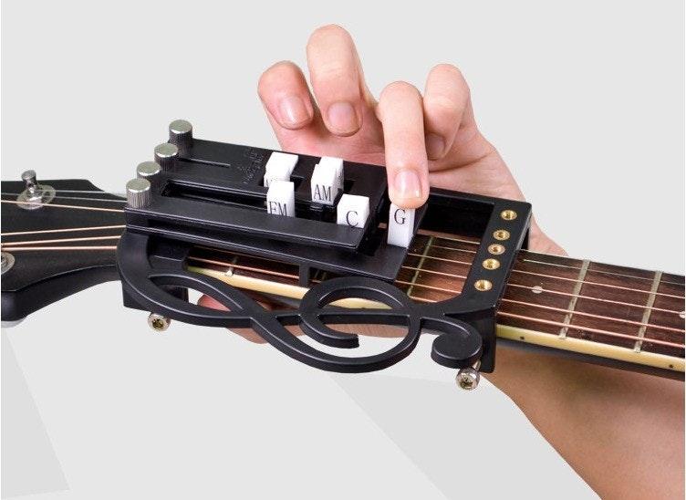 照片中提到了G.、EM,包含了低音吉他、低音吉他、原聲吉他、電吉他、吉他