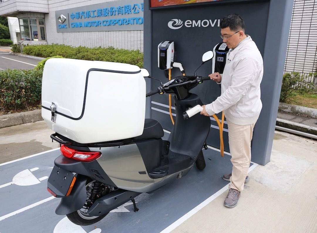 照片中提到了| 中華汽車工業設份有限公司、VEGINA VOTOR CORPORATIO、EMOVI,跟神州數碼有關,包含了摩托車、汽車、摩托車配件、摩托車、摩托車