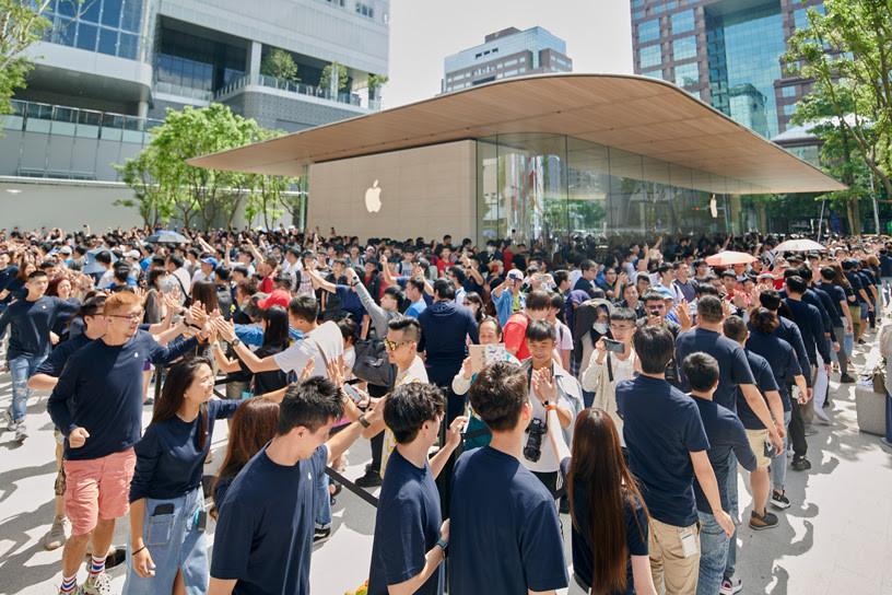 Building, Crowd, City, crowd, Crowd, People, Event, Public space, Community, City, Architecture, Audience, Queue area, Campus