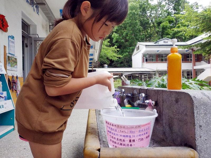 照片中提到了助、春用漂白水!00 S00PP、T台水(S6%)40cc +渣水4公,包含了餐飲、廣元小學、隔離、消毒劑、雅虎!台灣