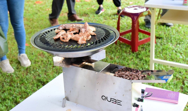照片中提到了QUBE、AS,跟思科系統、白肋煙設計有關,包含了燒烤、屏東科技大學、顆粒燃料、燒烤、果樹