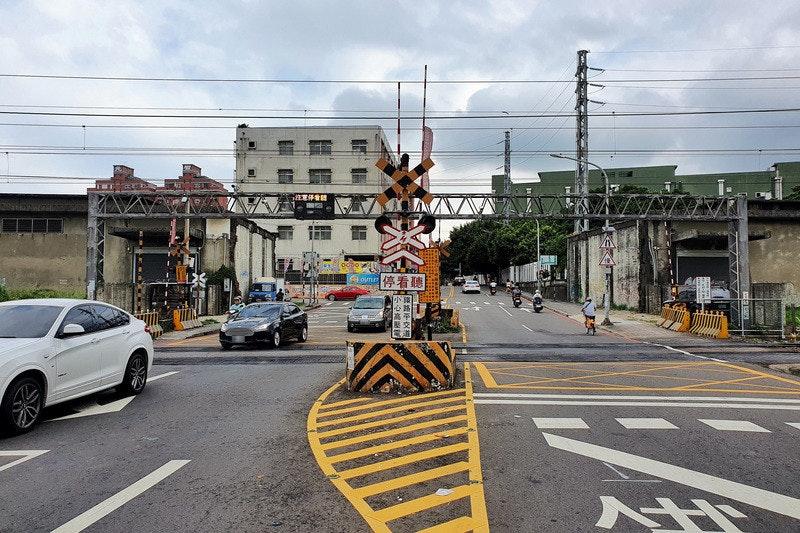 照片中提到了停看聽、oun、結平交道,包含了車道、交通標誌、平交路口、紅綠燈、人行橫道