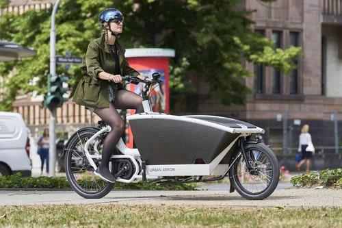 在歐洲 一般人可開著這樣的電動自行車載貨和小孩