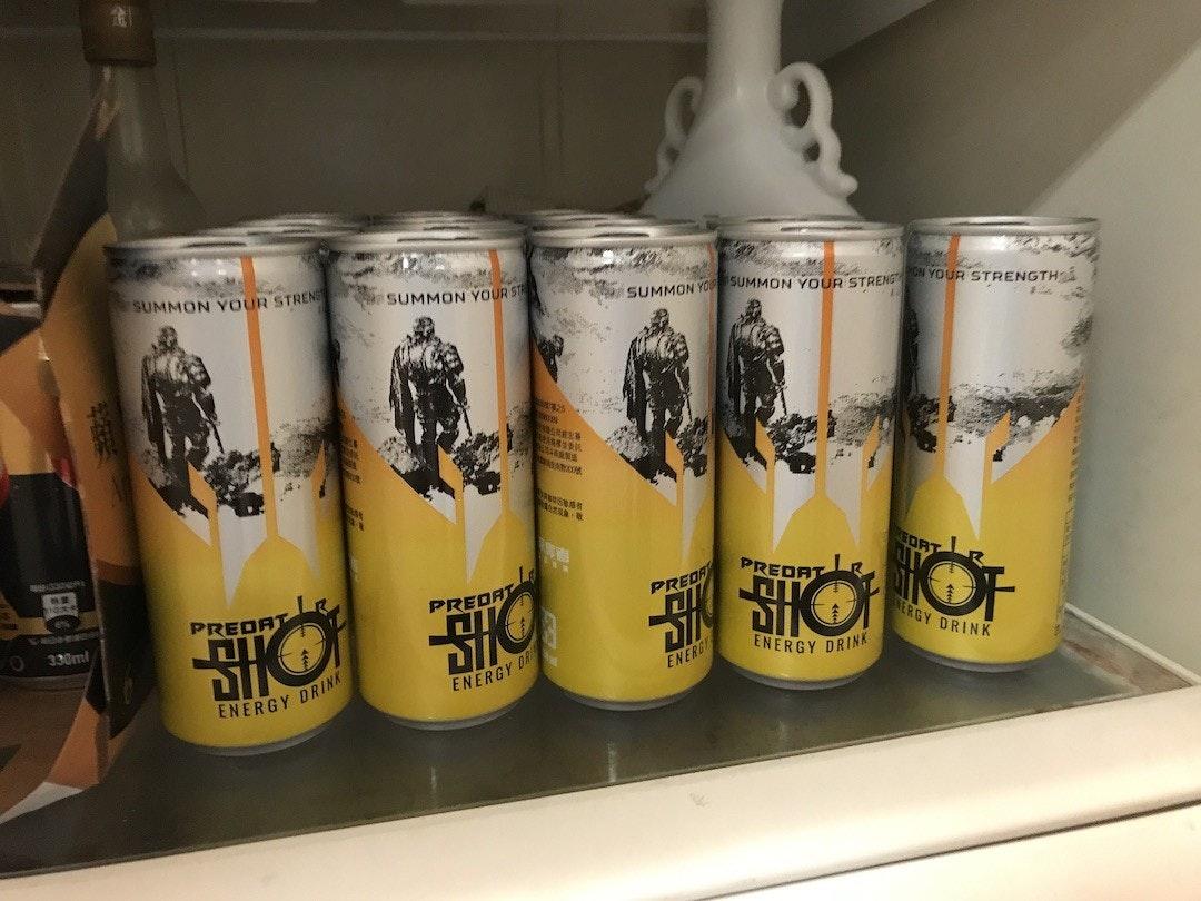 照片中提到了SUMMON YOUR STRENG、SUMMON YOUR ST、SUMMON YO SUMMON YOUR STRENG YOUR STRENGTH,包含了能量飲料、能量飲料、品脫、瓶子、玻璃