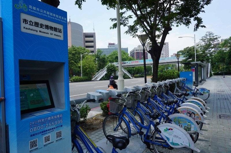 照片中提到了高雄市公共關路車租賃系線!、Kaohsiung Public Bicycle Rarta Sym、市立歷史博物館站,跟GE石油天然氣、聖克魯斯吉他公司有關,包含了車輛、城市自行車高雄、Youbike、自行車、運輸