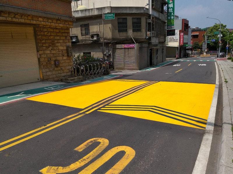照片中提到了能、Lachune,包含了車道、交通標誌、交通、路、中央通訊社