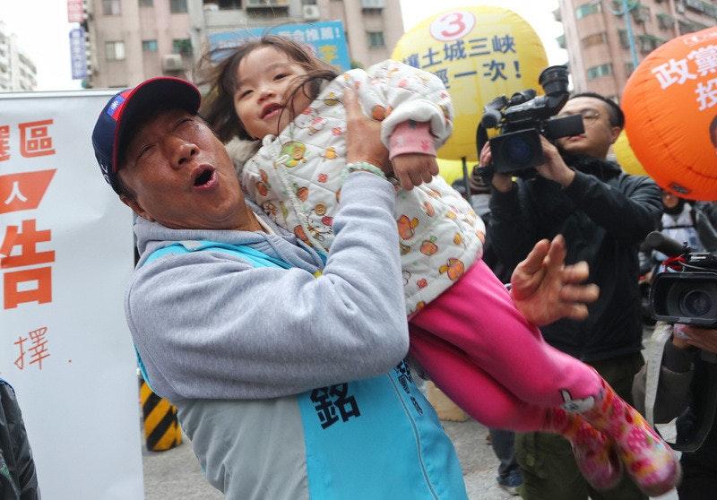 照片中提到了合推薦!、3、土城三峡,跟韓國電視台、歐比有關,包含了抗議、鴻海精密工業有限公司、鴻海精密、SETN.com、土城區