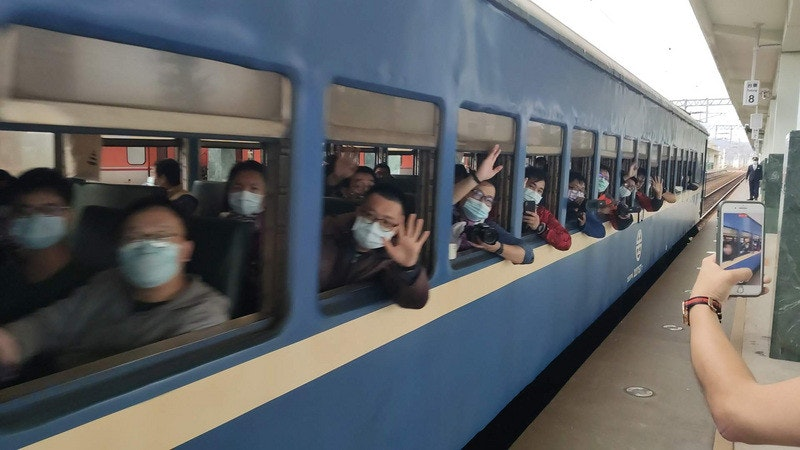 照片中包含了乘客、培養、中央通訊社、月台、鐵路交通