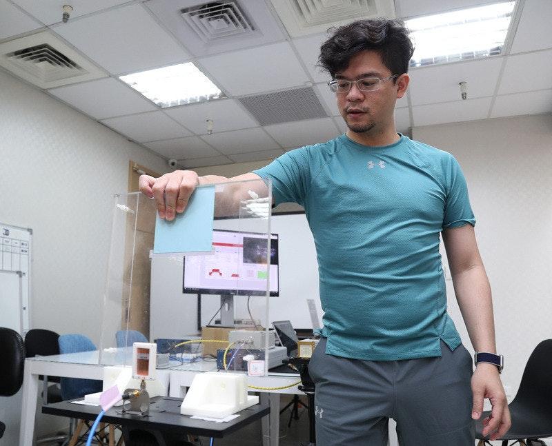 照片中包含了肩、陳朝龍、中央通訊社、2020年台灣冠狀病毒爆發、台灣