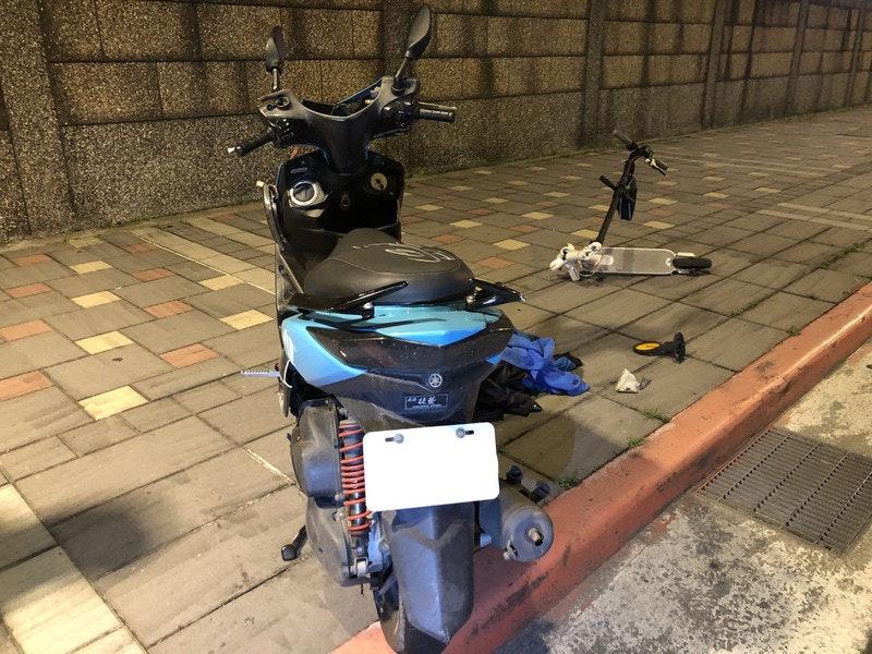 照片中包含了踏板摩托車、汽車、駕駛、台北、踏板摩托車
