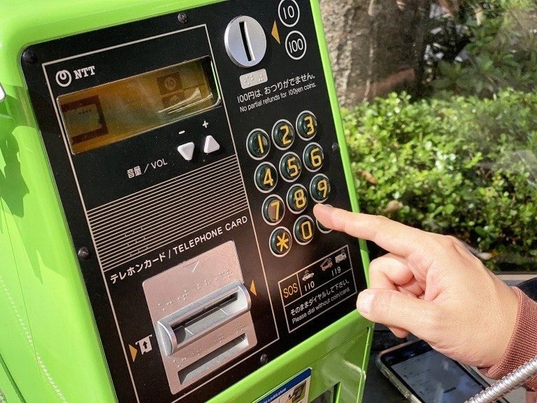 照片中提到了NTT、(10)、(100),跟日本電報電話有關,包含了電子產品、移動電話、公用電話、電話、日本