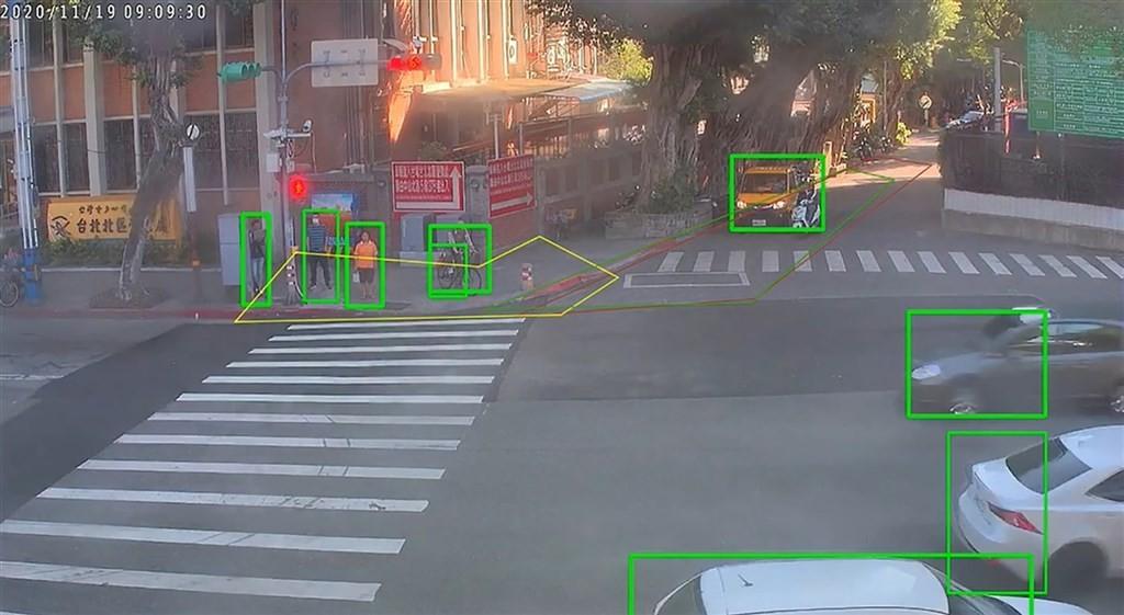 照片中提到了2020/11/19 09:09:30、台北北區:,包含了車道、台北、斑馬線、路口、紅綠燈