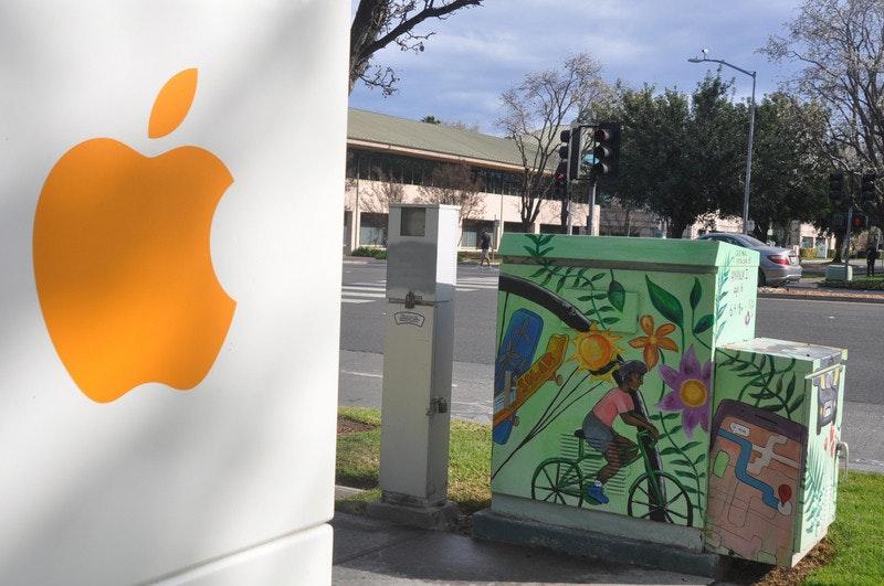 照片中提到了SOLAR,跟的MacBook有關,包含了壁畫、矽谷、中央通訊社、2019–20年冠狀病毒大流行、中國