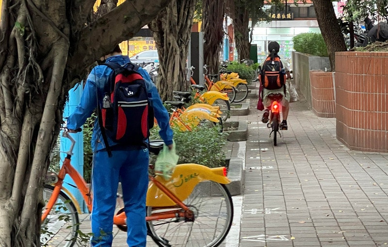 照片中提到了5畢良優|、中醫、SERE,包含了公路自行車、Youbike、學生、運輸、自行車