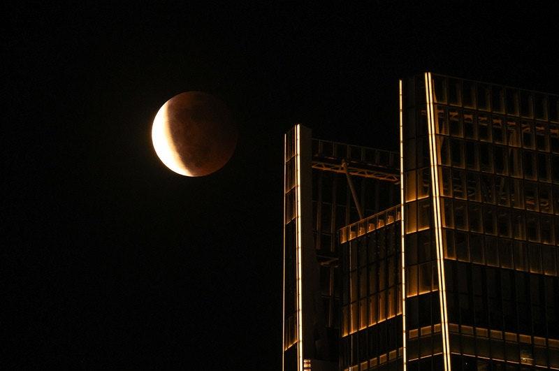 照片中包含了月亮、燈具、晚、黑暗、儀表