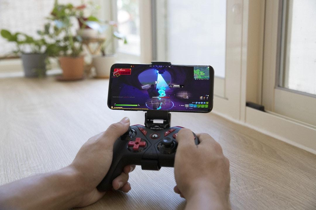 照片中提到了Serafim,包含了遊戲控制器、電子遊戲機、遊戲控制器、移動設備、顯示裝置