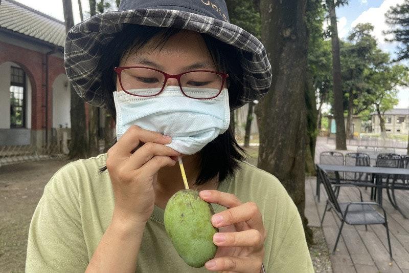 照片中包含了眼鏡、台南市、中央通訊社、台北市、吃