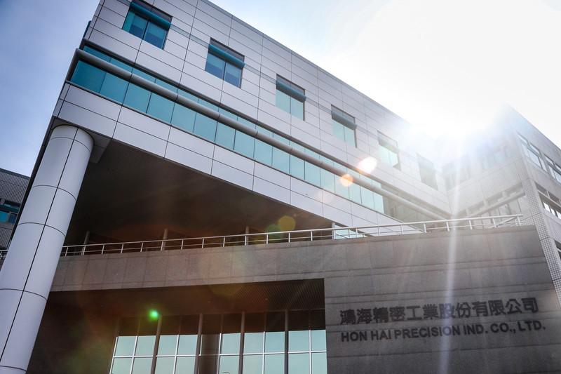 照片中提到了鴻海精密工業股份有限公司、HON HAI PRECISION IND. CO., LTD.,跟美寶蓮有關,包含了鴻海精密工業有限公司、鴻海精密工業有限公司、鴻海精密、中央通訊社、股票