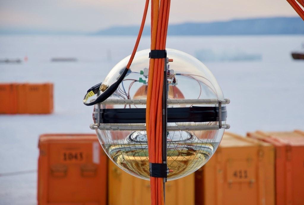 照片中提到了1043、411,包含了貝加爾湖Teleskope、貝加爾湖深層中微子望遠鏡(Baikal-GVD)、望遠鏡、中微子探測器、天文學