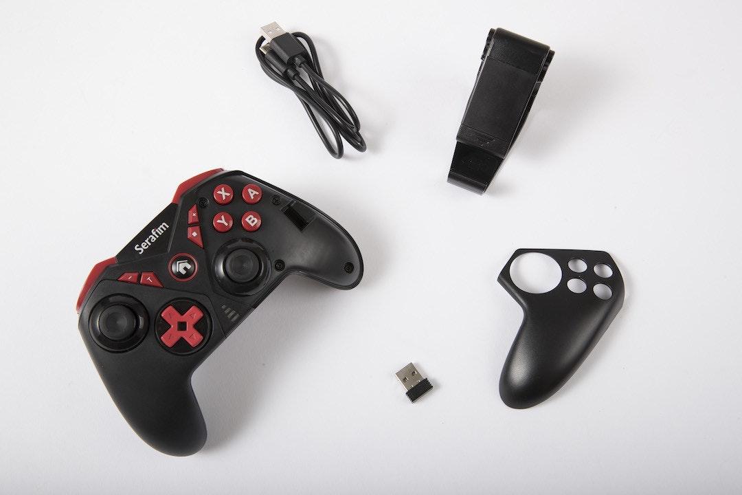 照片中提到了Serafim,包含了遊戲控制器、的Xbox、時尚配飾、PlayStation 3配件、電腦硬件