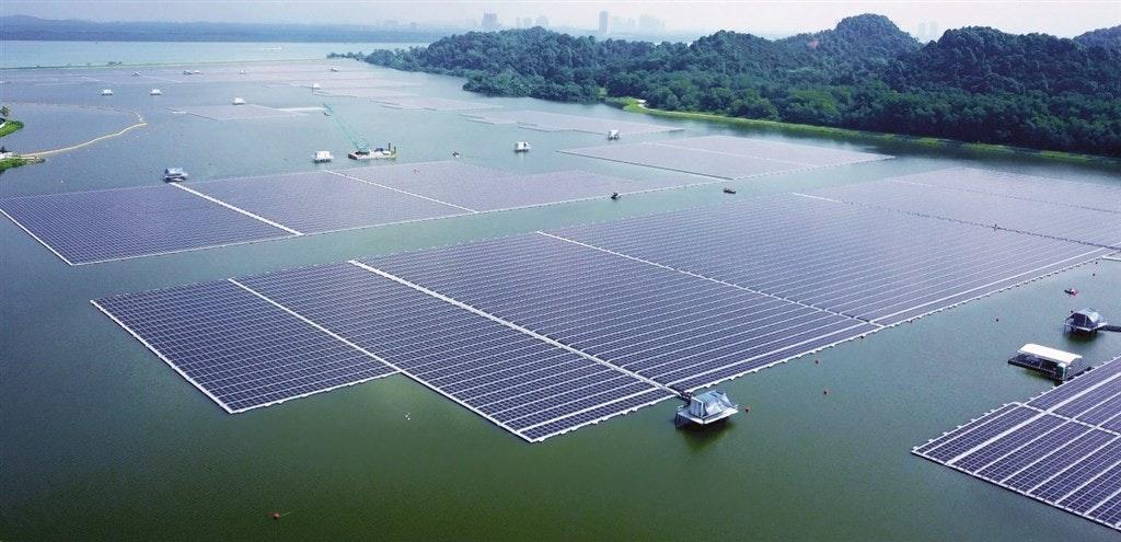 照片中包含了新加坡、登革水庫、可再生能源、光伏電站、太陽能板