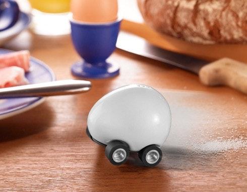 是先別管餐桌禮儀了,有聽過蛋蛋迴力車鹽罐嗎?這篇文章的首圖