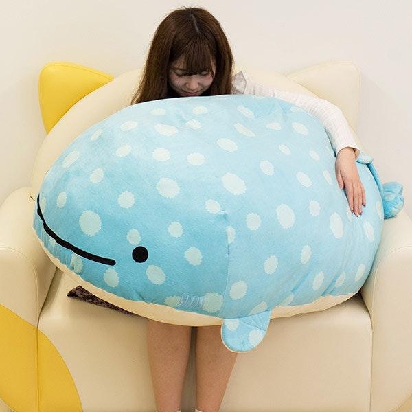 是120公分長的超巨大鯨鯊抱枕這篇文章的首圖