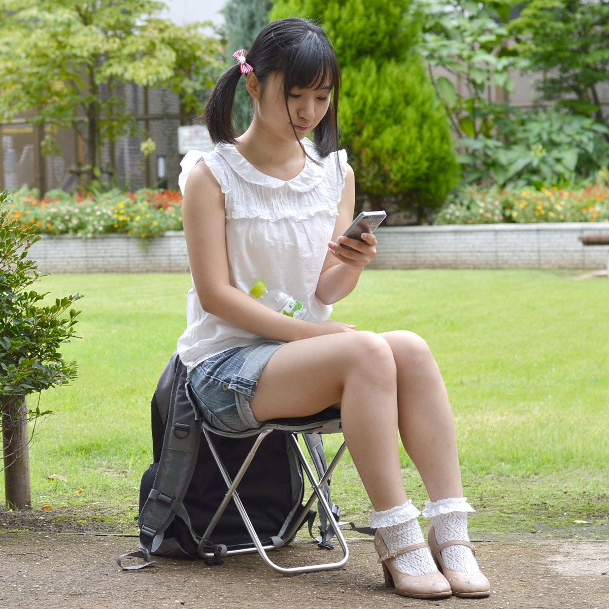 是「隨時隨地坐」威力加強版,排隊買iPhone除了不用怕腳酸,還不用怕下雨這篇文章的首圖