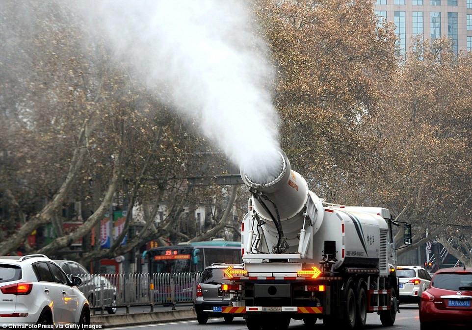 是霧霾太嚴重人工水大砲出動這篇文章的首圖