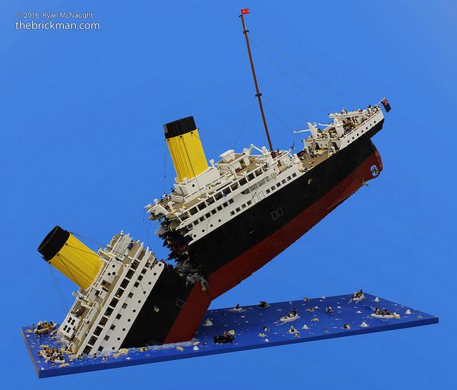 是以12萬個樂高積木,花費超過250小時,所建構出分成兩半的鐵達尼號這篇文章的首圖