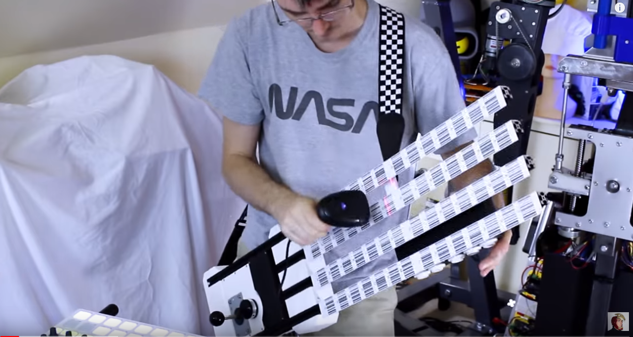 照片中提到了NASA、Futt,包含了臂、吉他、基塔爾、煩惱、電子樂器
