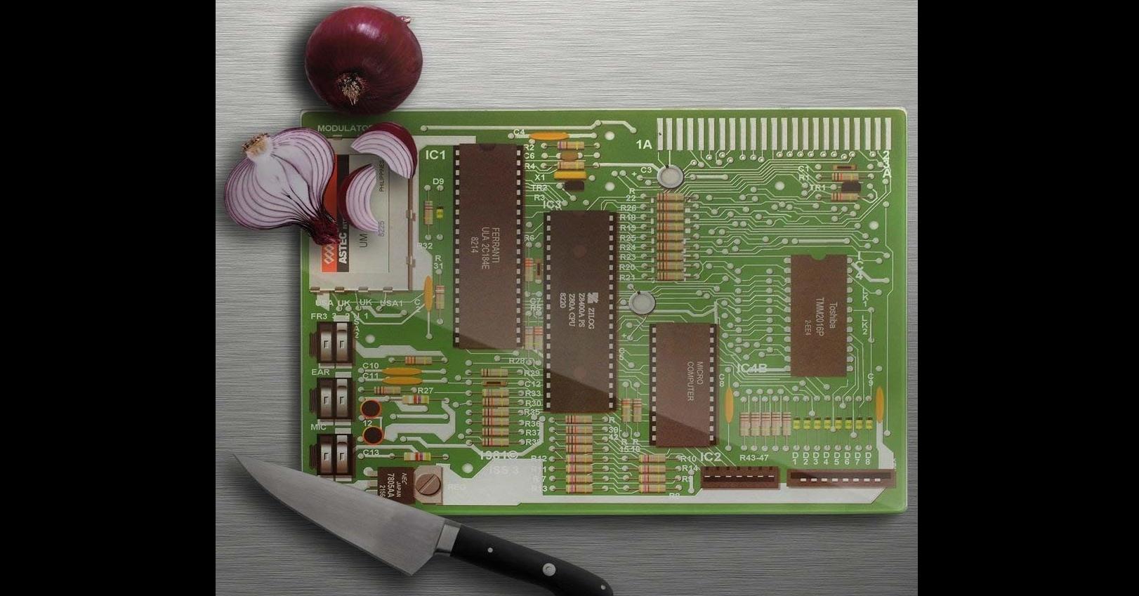 照片中提到了TR1、A UK JUK SAT、ON,包含了克羅皮尼亞共和國、切菜板、勞倫斯頓計算機母板切菜板、電腦、廚房