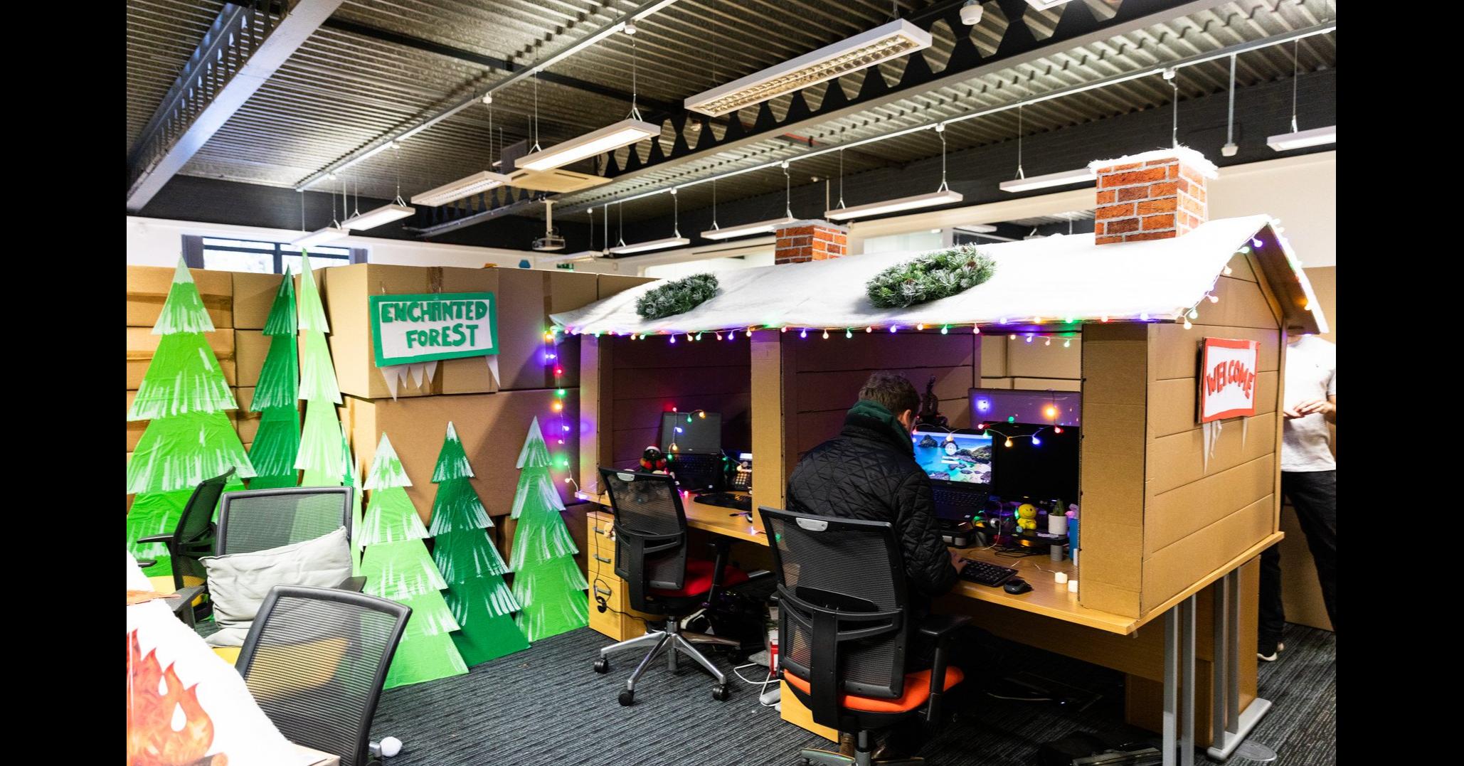 照片中提到了ENCHINTED、FOREST,包含了室內設計、迷宮、難題、迷宮球拼圖、室內設計服務
