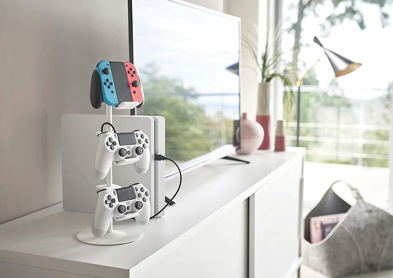 照片中包含了遊戲控制器、任天堂64、任天堂Switch、遊戲與觀看系列、任天堂