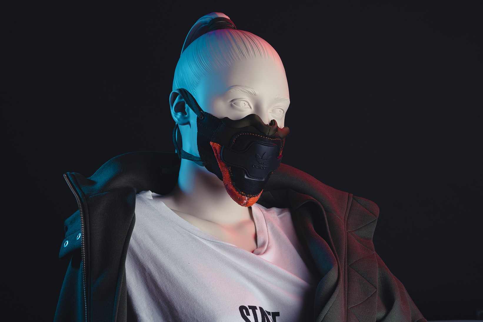 照片中提到了SINT,包含了個人保護設備、麥克風、面具、紫色