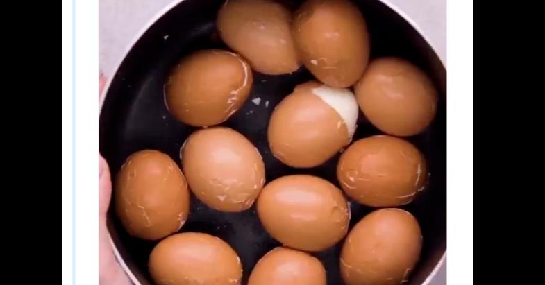 照片中包含了蛋、煮雞蛋、蛋、茶蛋、烏冬面