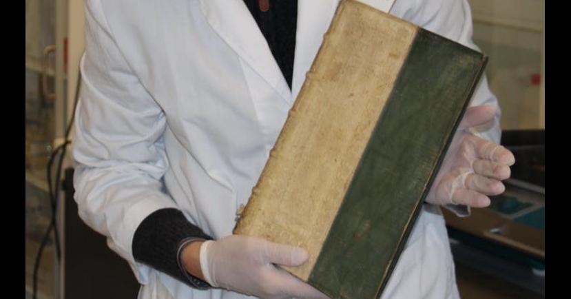 照片中包含了毒書、毒、南丹麥大學、書、玫瑰的名字