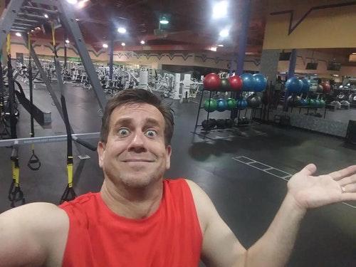只有一人的健身房,原因是工作人員落跑把他反鎖在室內