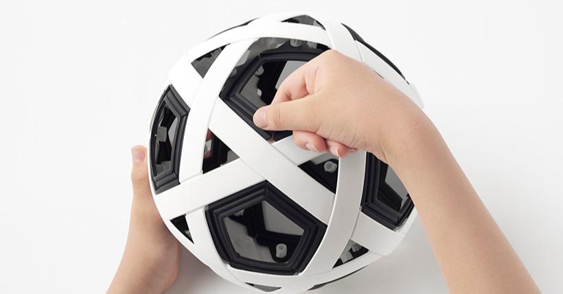 照片中跟奧克蘭田徑有關,包含了球、球、耐克飛行足球、球、套件