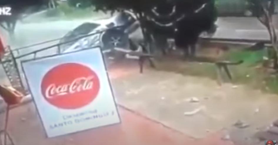 照片中提到了Coca-Cola、SANTO DO H,跟可口可樂有關,包含了可口可樂、可樂、汽水、可口可樂公司