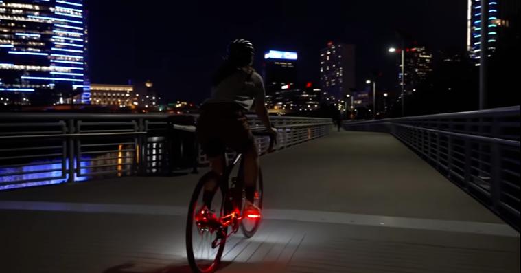 幫自行車多加二盞尾燈 智慧發光踏板