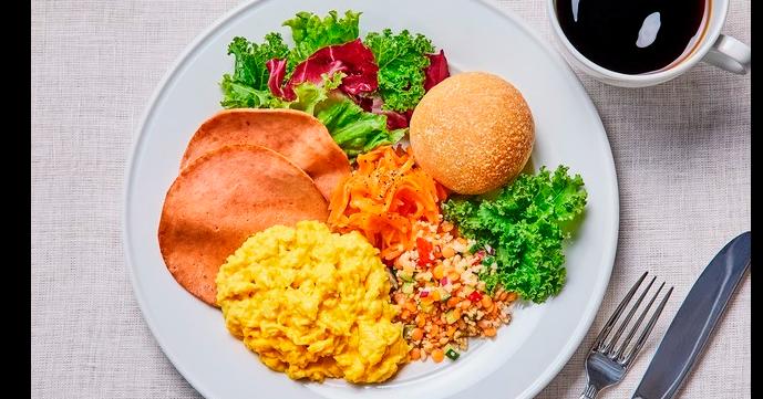 照片中包含了膳食、早餐、素食料理、全套早餐、泰國菜