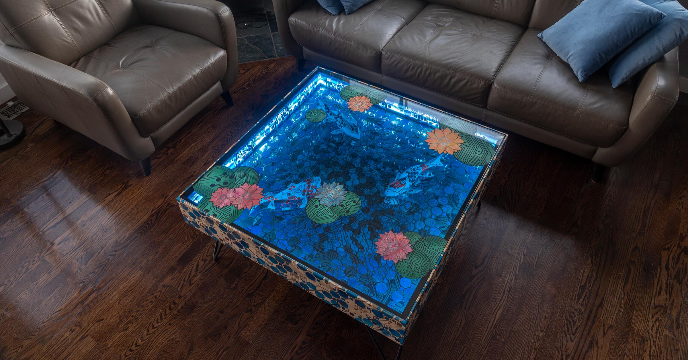 照片中包含了地板、表、地板、玻璃、硬木