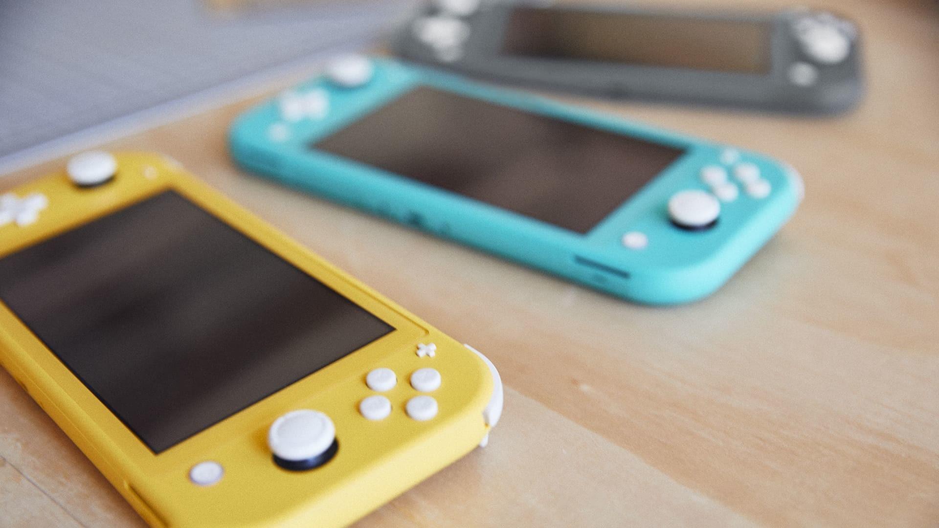 照片中包含了任天堂Switch Lite顏色、任天堂Switch、任天堂開關精簡版、美國任天堂公司、掌上游戲機