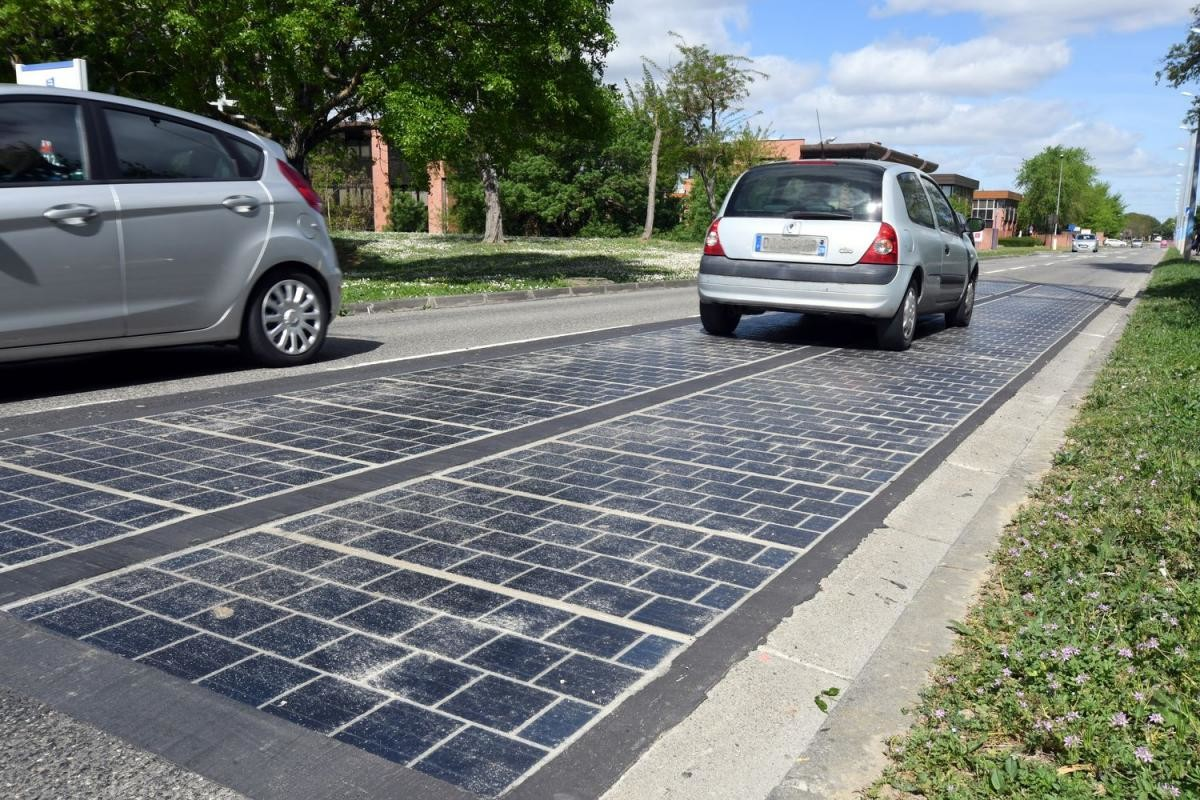 Rodovia fotovoltaica, Solar power, Road, Renewable energy, Solar energy, Solar Panels, Solar Impulse, Energy, Photovoltaics, France, france solar road, Parking, Asphalt, Vehicle, Car, Road, Public space, Road surface, Lane, City car, Parking lot