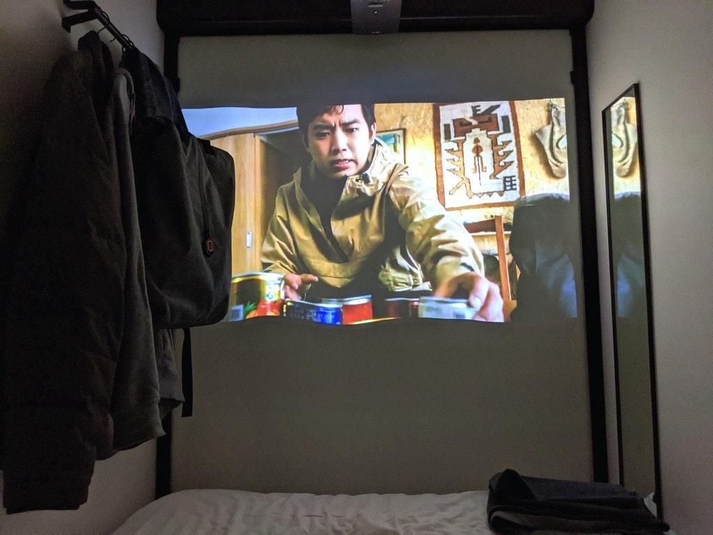 照片中包含了房間、房間、娛樂、家具類、電子產品