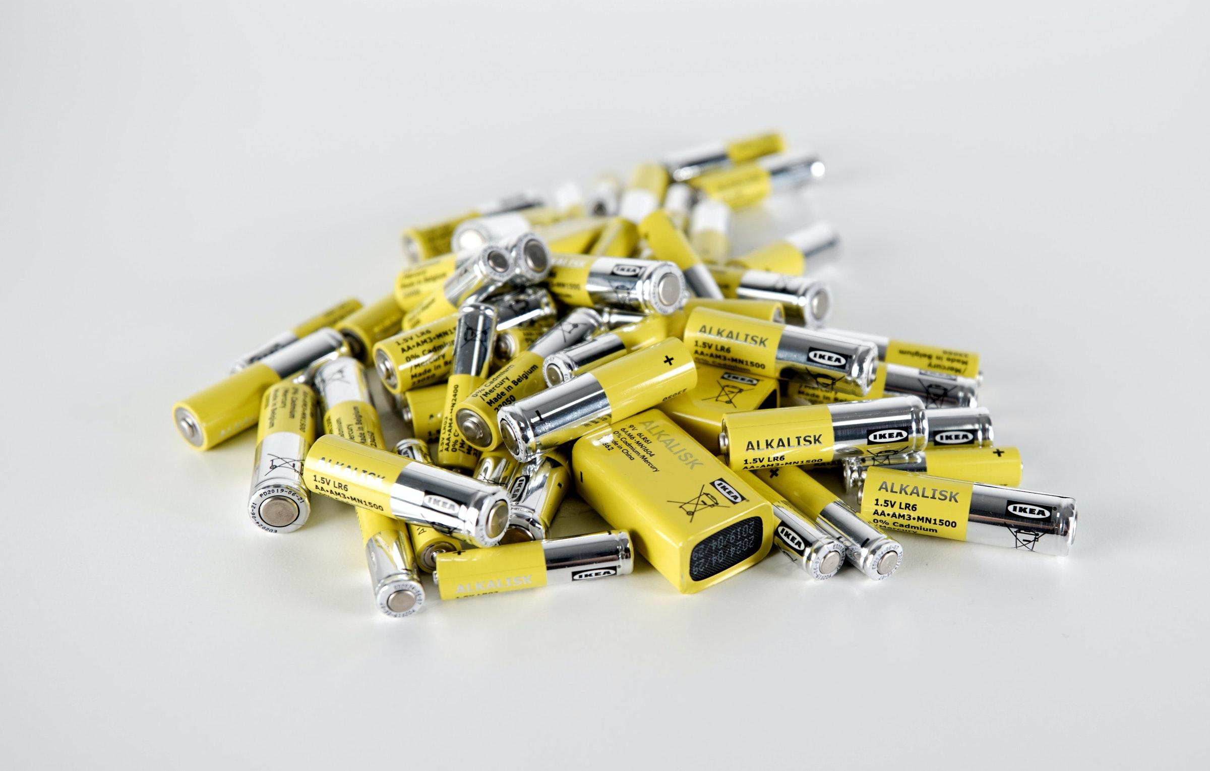 照片中提到了CHE、ALKALISK、1.5V LR6,跟阿巴拉契亞州立大學有關,包含了電動電池、宜家拉達可充電電池1.2 V 1000 mAh、電池、可充電電池、鹼性電池